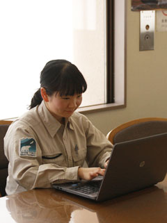 ウェブ担当の田中さん。ネット環境があればどこでも更新可能。